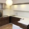 Valge-pruuni kombinatsiooniga köök