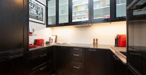 Musta peitsiga köögimööbel